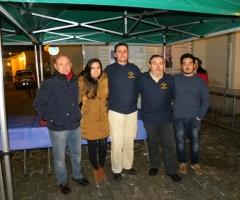 Piña, junto a miembros de la ACESF y personal de Iniciativa Urbana, en el punto de reparto del chocolate.