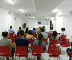 Los alumnos atienden un momento de la explicación del profesor.