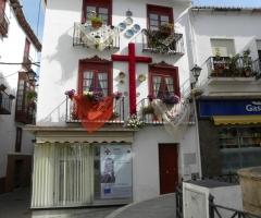 Imagen de la cruz de mayo colocada por la ACESF.