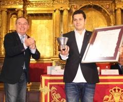 El chef Diego Gallegos recibe su distinción como pregonero de la celebración.