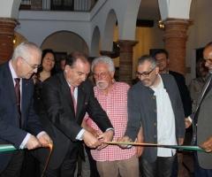 Momento del corte de cinta inaugural de la Sala Miguel de Cervantes.