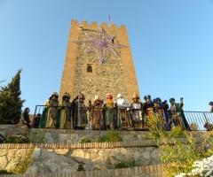 Los Reyes Magos, junto a sus pajes y el cartero real, saludan desde los pies de la Fortaleza.