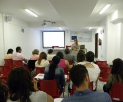 Las clases se imparten en el salón de actos de Iniciativa Urbana.