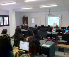 Las alumnas atienden las explicaciones de la técnica que imparte el curso.