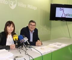 Moreno Ferrer y Roberto posan con el logotipo de la estrategia al fondo.