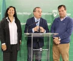 El alcalde y la concejala de Urbanismo, junto al arquitecto, durante la presentación de las obras.