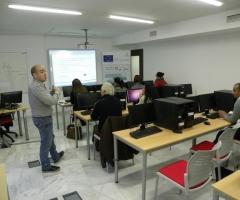 Un profesor explica a los alumnos en uno de los cursos de la plataforma