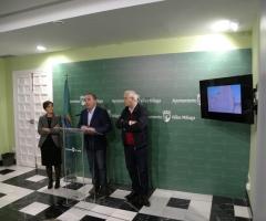 El alcalde, junto a la arquitecta y al concejal de Cultura, José Antonio Fortes.