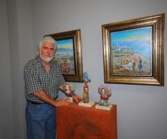 Hidalgo muestra algunas de sus obras. / Eva Guzmán.