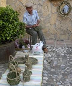 Un espartero realiza su labor en las calles de la Villa.